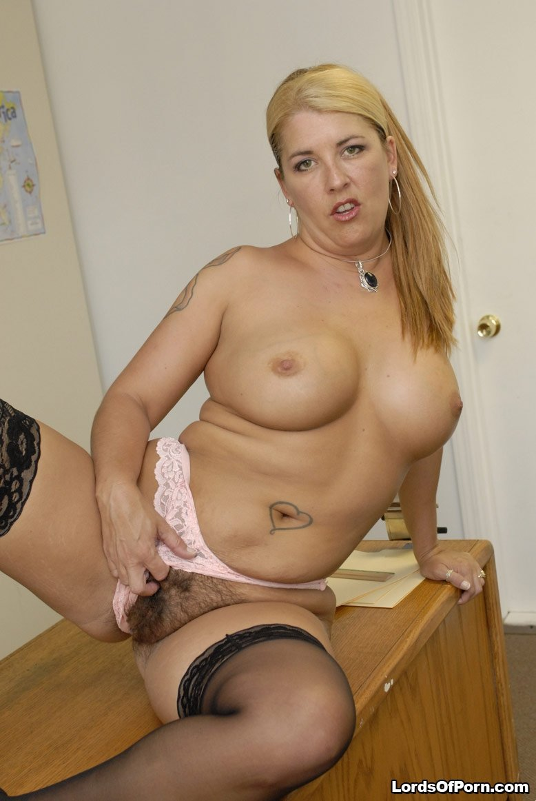sexy milf free pics milf seduced by young lesbian