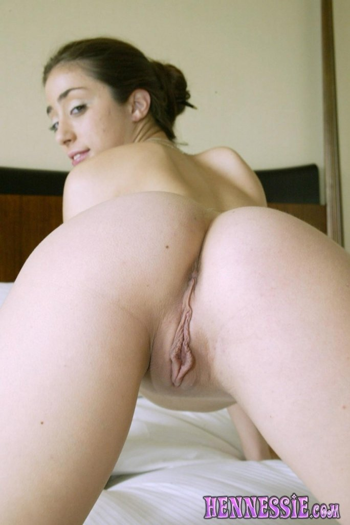 Dasida    reccomended Sexy brunette babe with nice boobs teasing and masturbating her pussy on webcam
