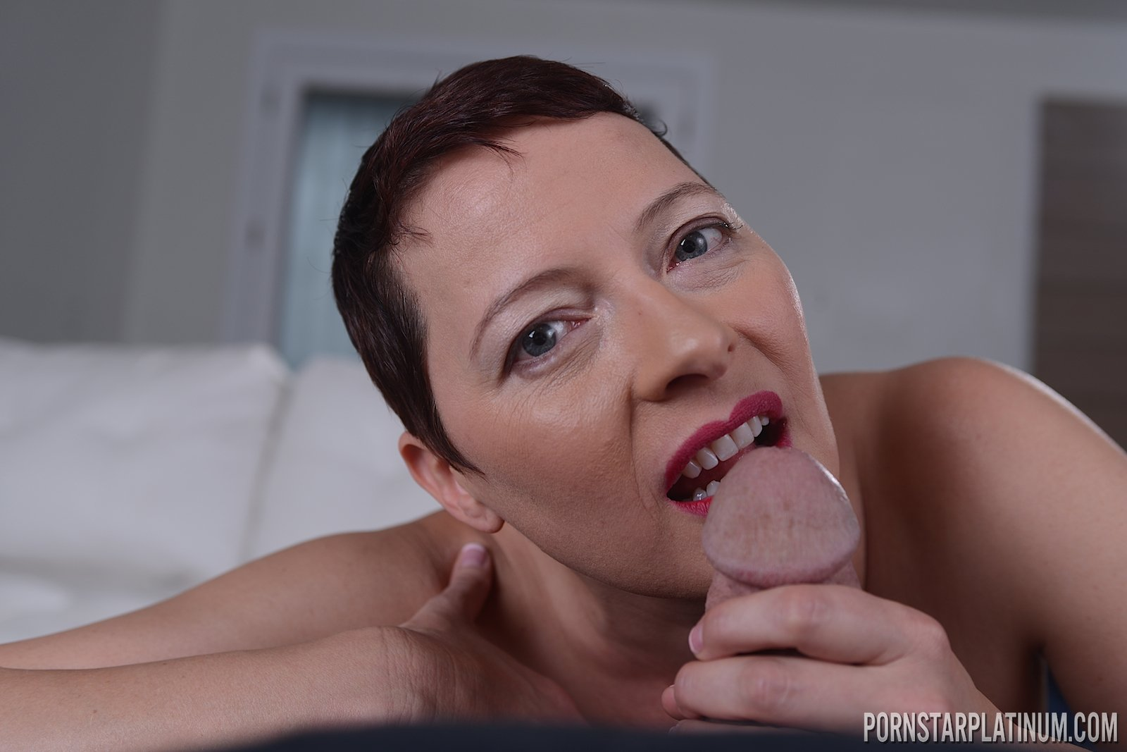 Akibar    reccomended Stupendous lady decided to show her erotic snatch