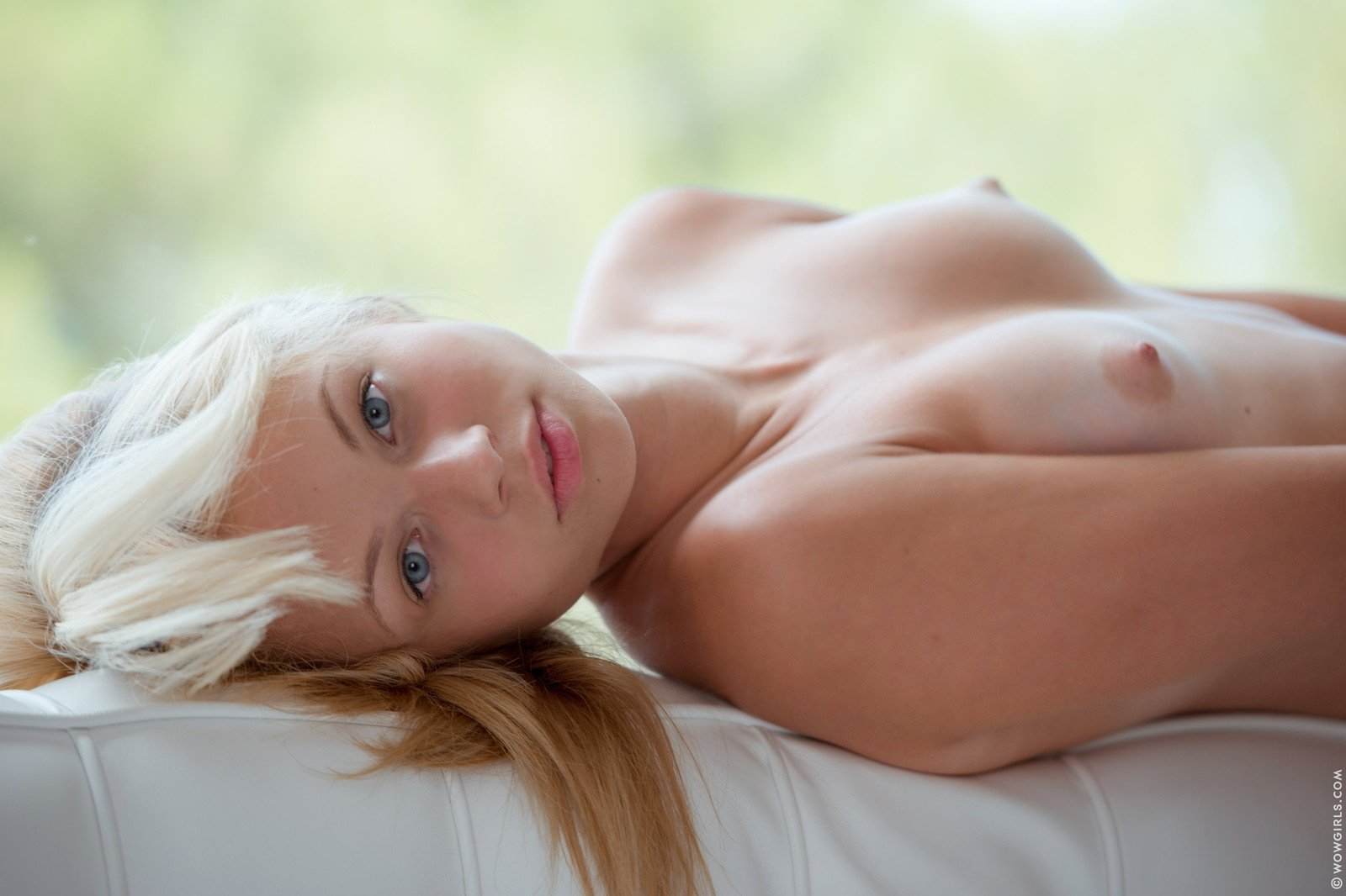 blonde-blue-eyed-babe-topless