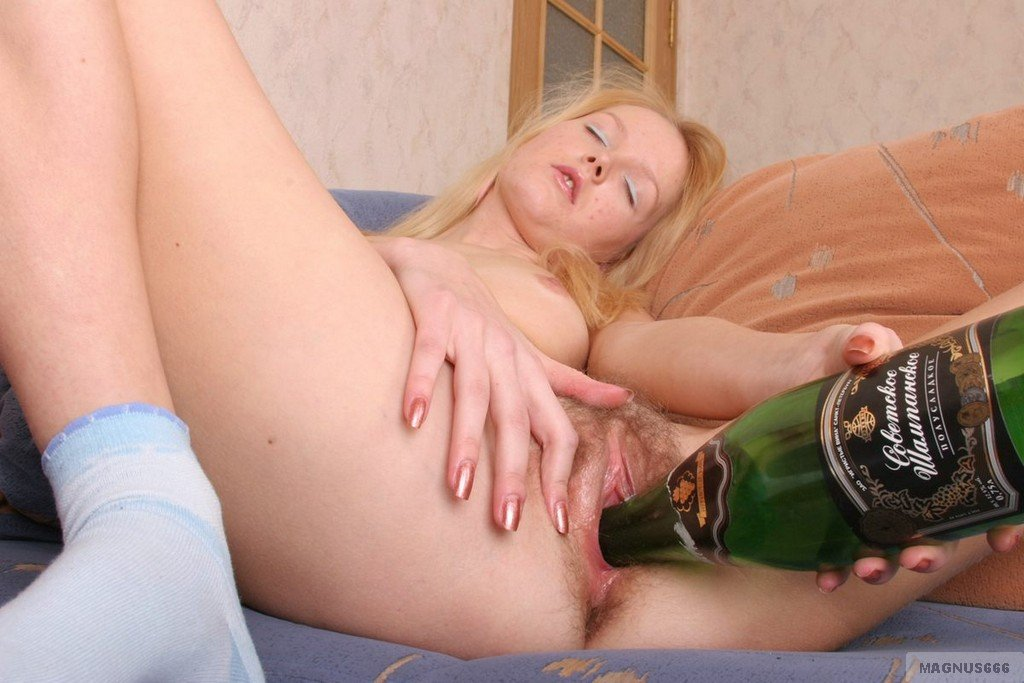 Webcam girl toying with bottle in her ass