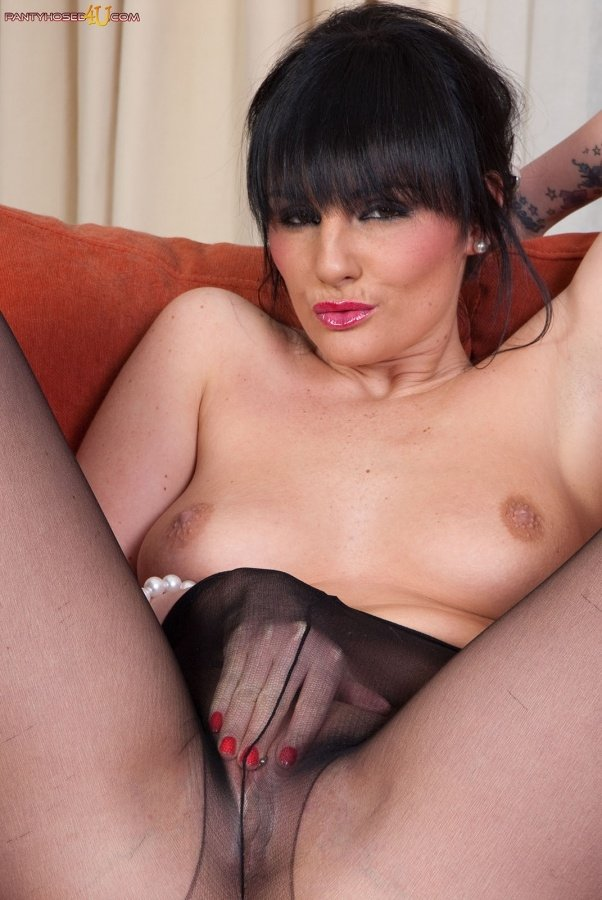 Swinger eats out her skinny gfs pussy
