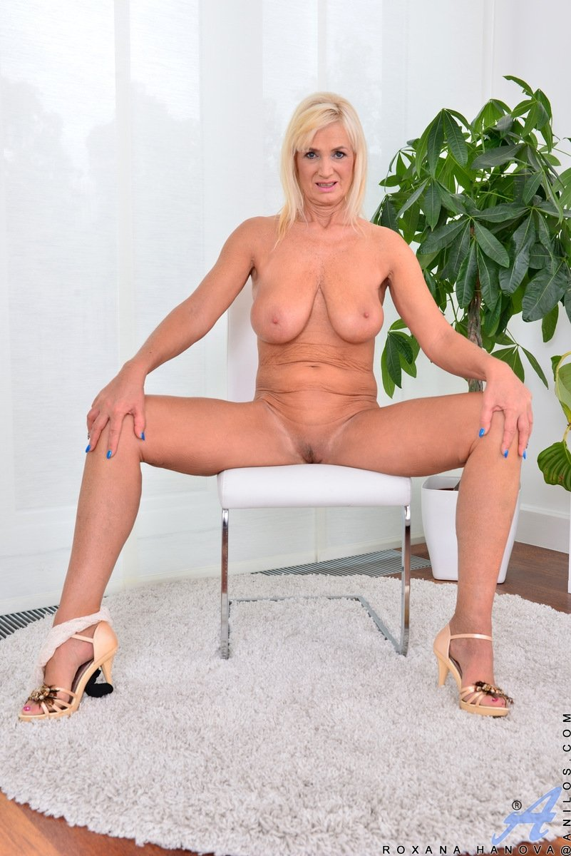 retro mature mom