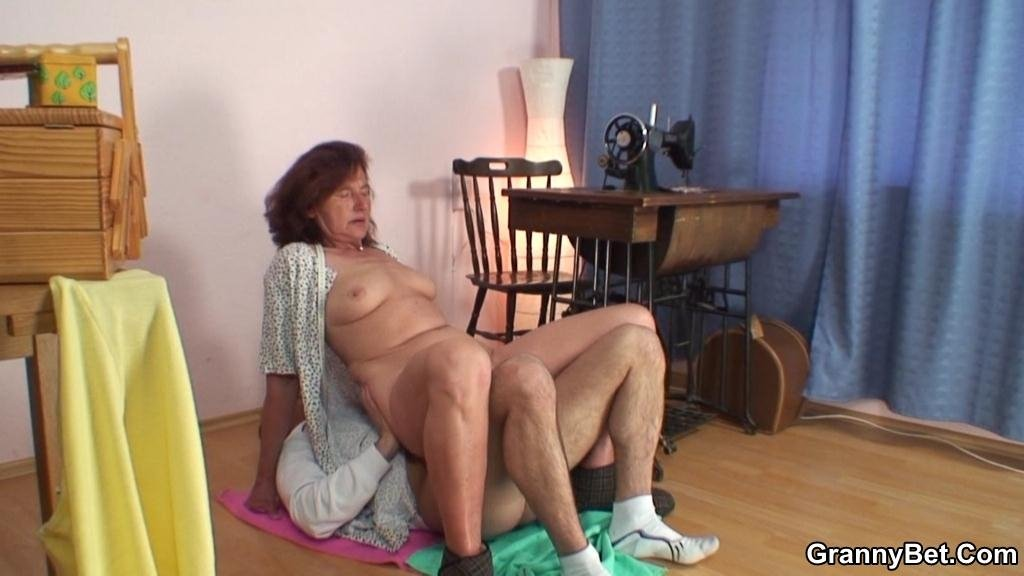 Desi granny xxx Spy camera first time sex