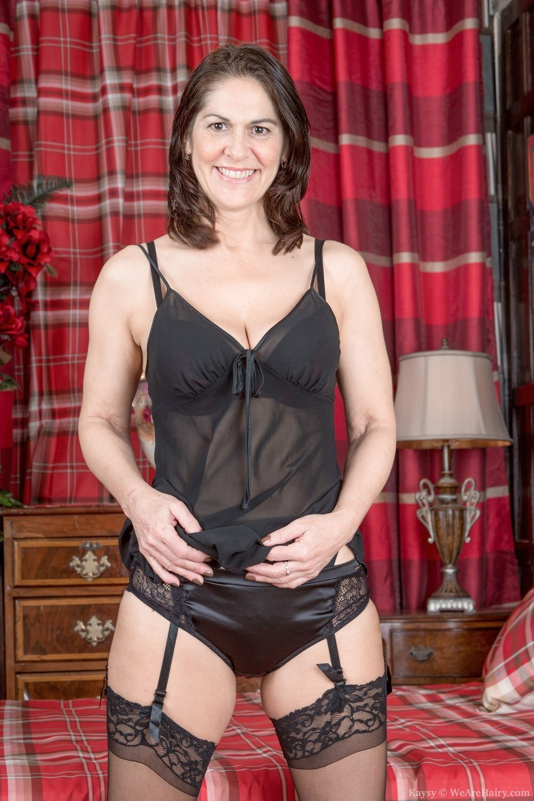 kaysy is 52, and an english mature natural beauty. she strips off