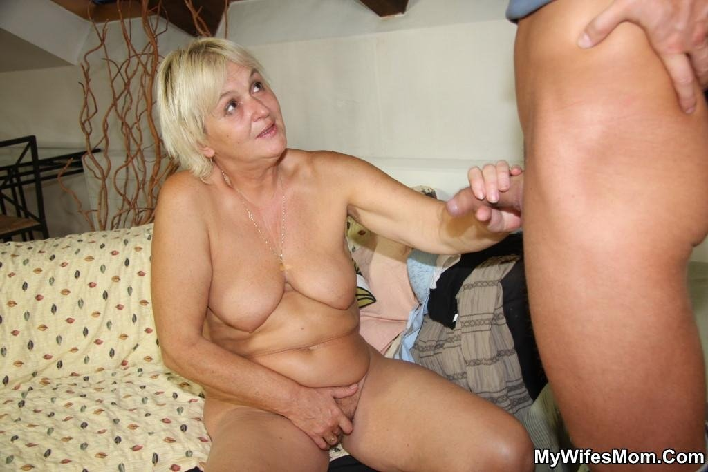hot mom natural tits