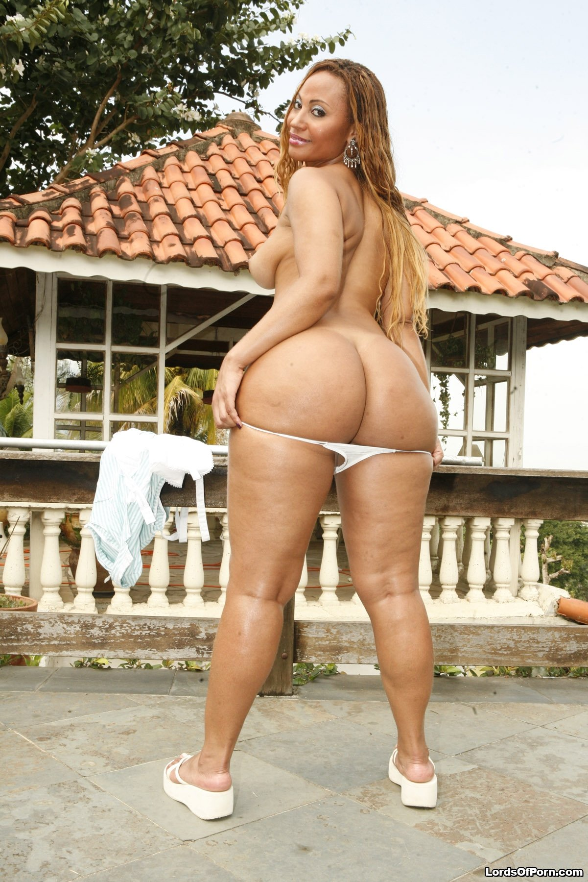 luana was loony as fuck and damn did she have a nice fat ass! this