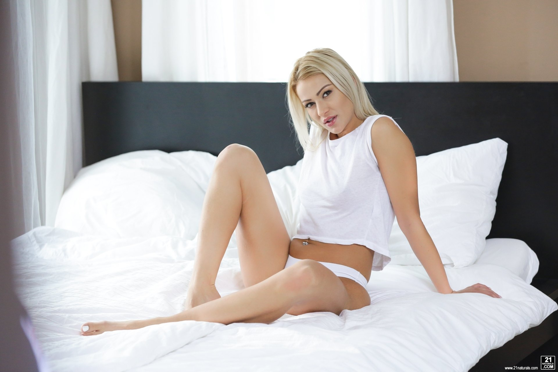 To download free of charge porno without registration Girl enjoys her first time live webcam show