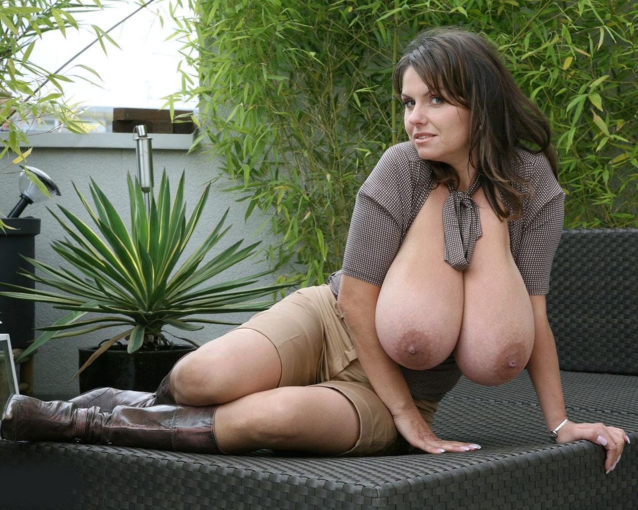 brunette milf mom there