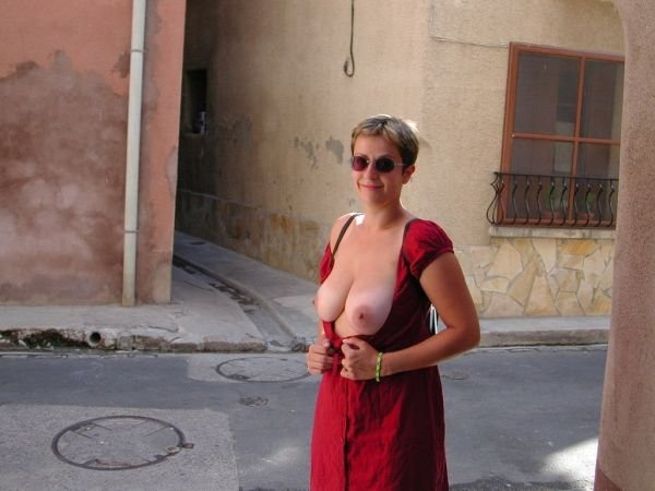 pictures of nude busty women
