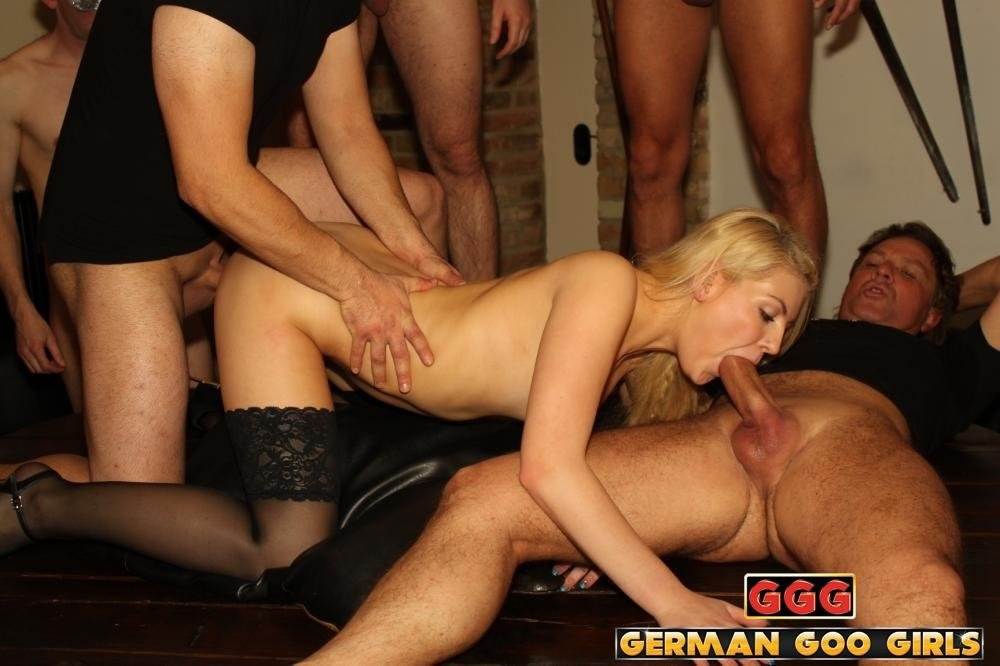 Angelica suckin cock in an alley