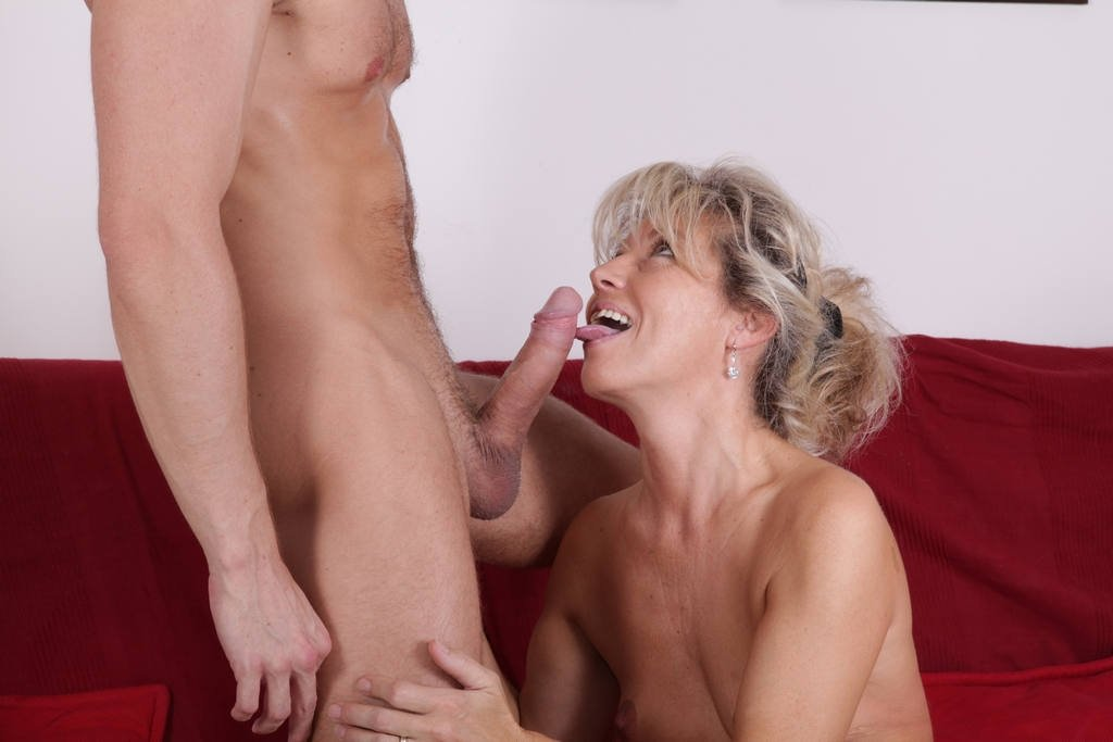 Sexy blonde plays with her clit for camera