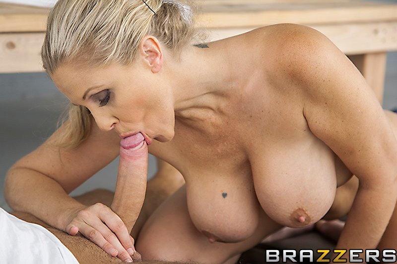 Angel gets her pussy gratified while inside a cage there