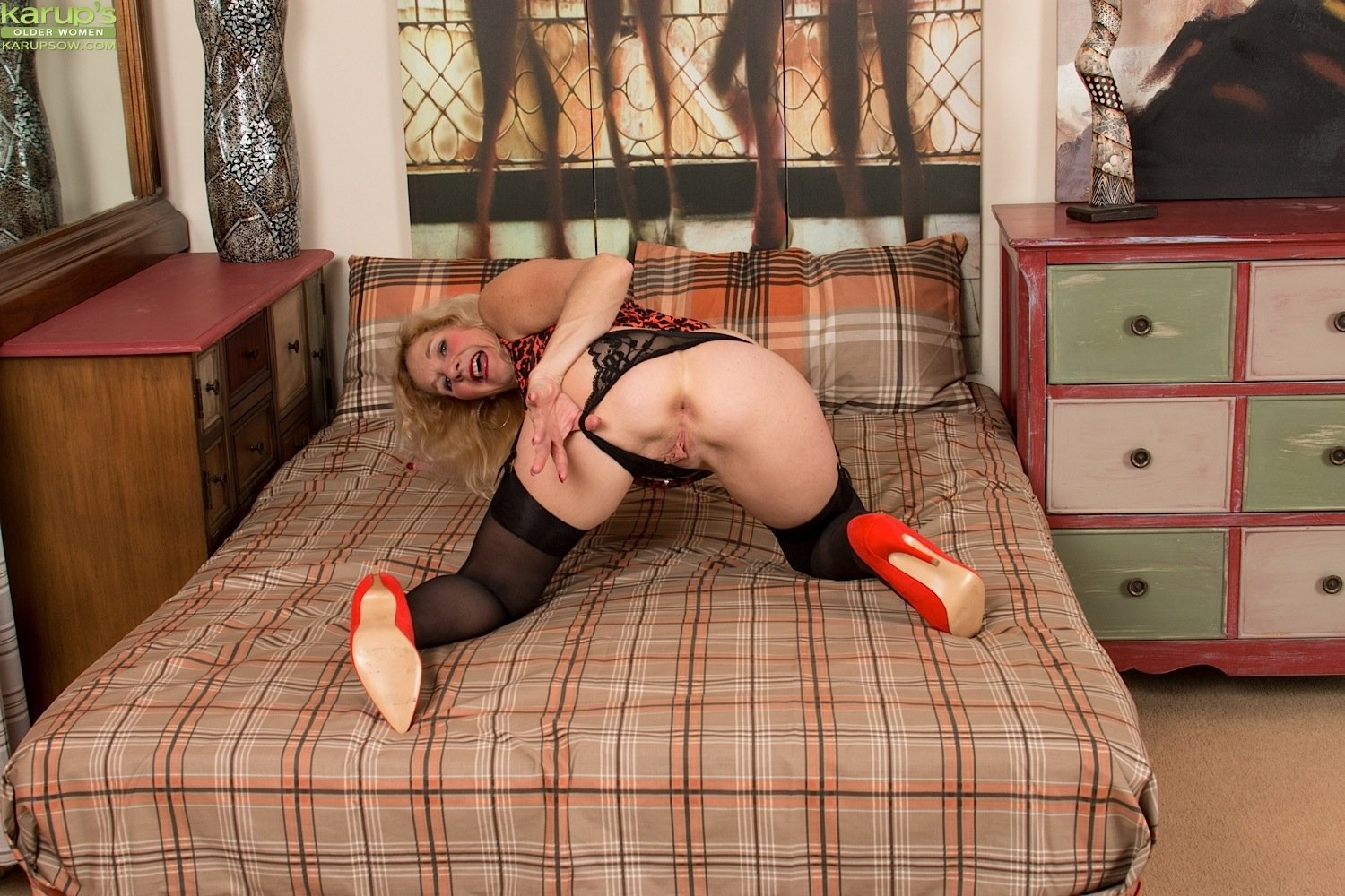 Sleeping satin wife Se la meto por el culo y mea maddy oreilly latex