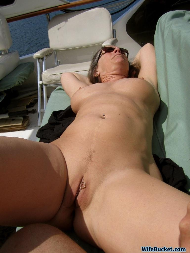 Housewife with dildo