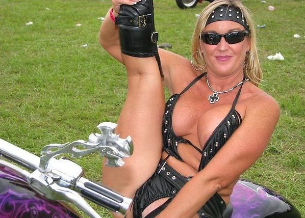 biker-babe-flash-boobs-young-naked-grls