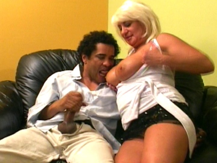 Housewife gives blowjob
