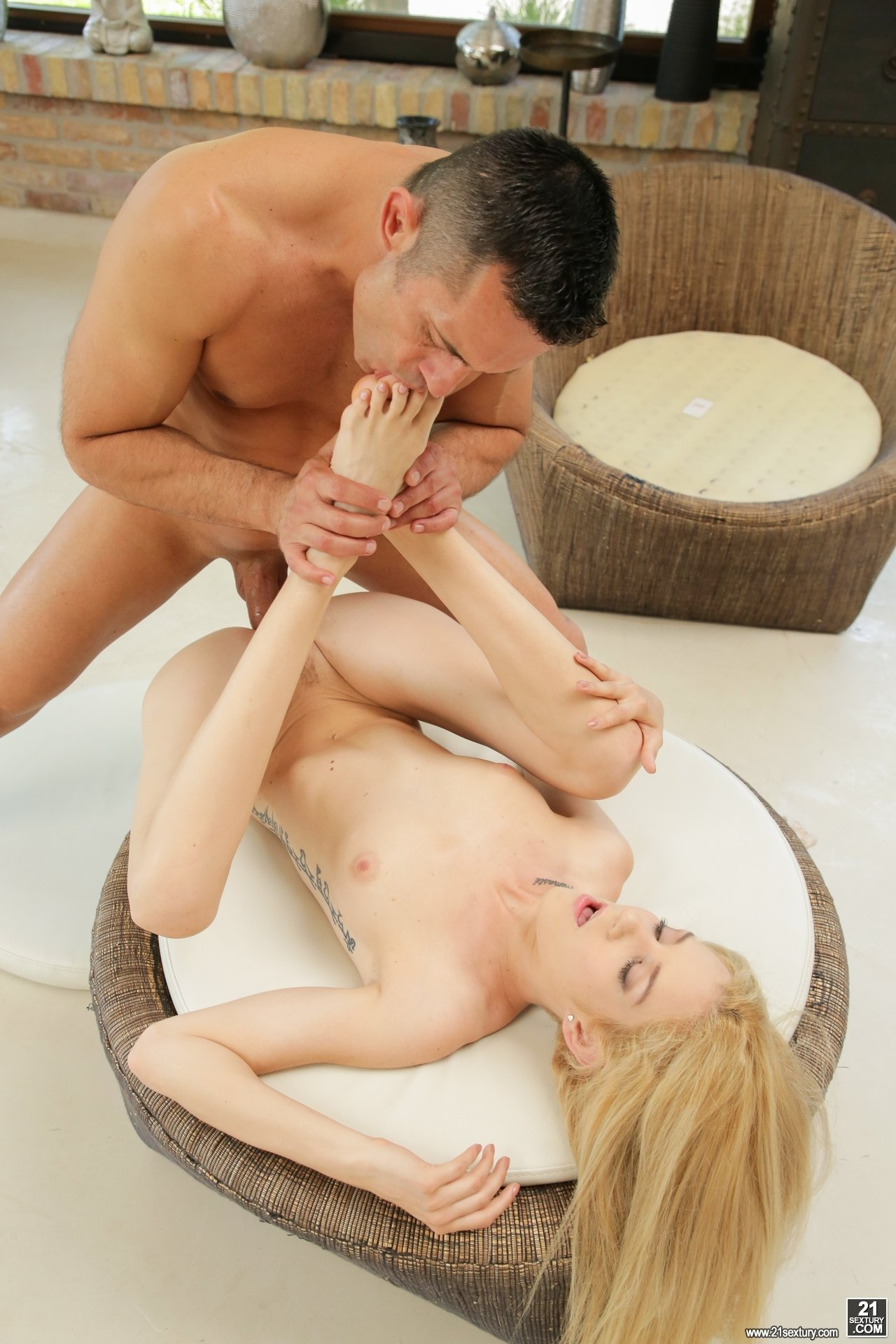 Brunette gets pussy shaved at the salon