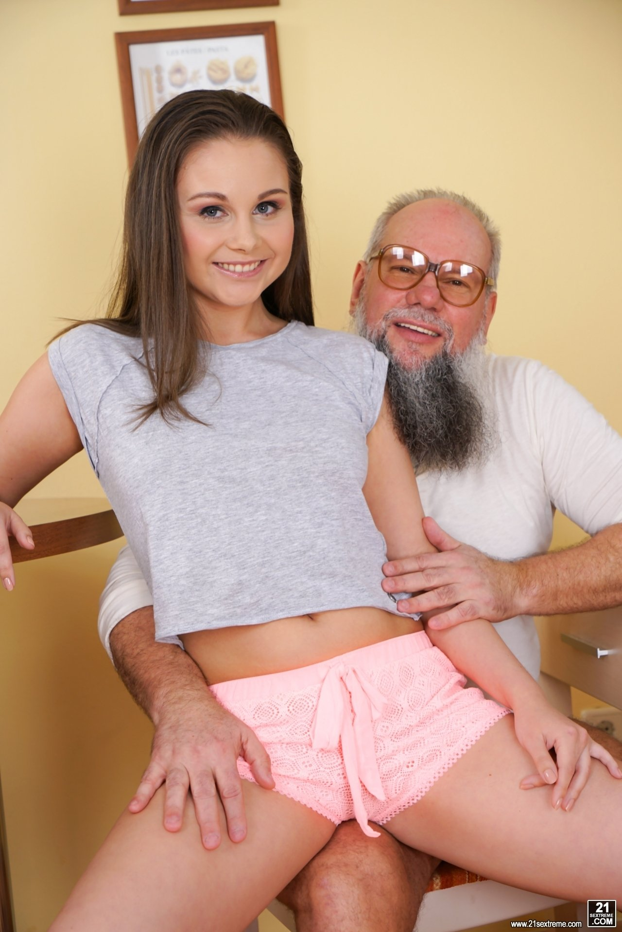 Oldman gives a big orgasm to a girl Wife mabok