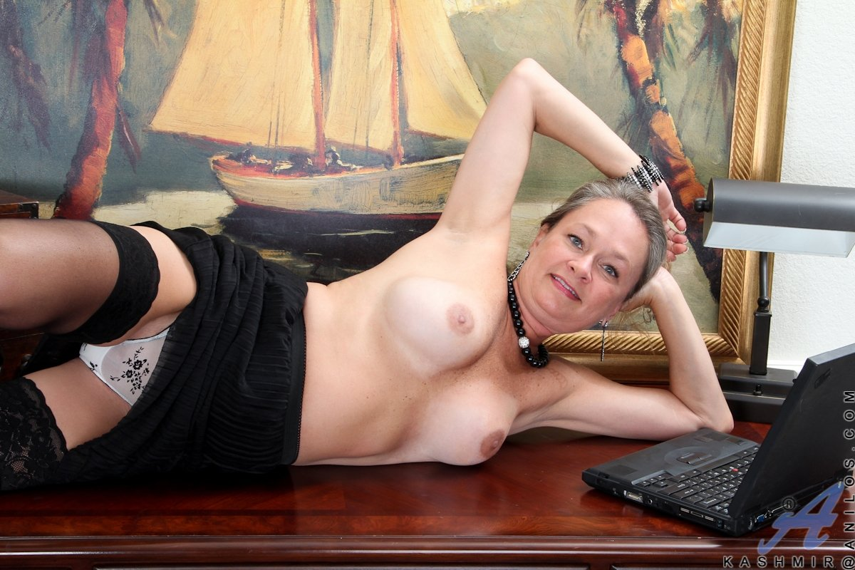 attractive mature women naked