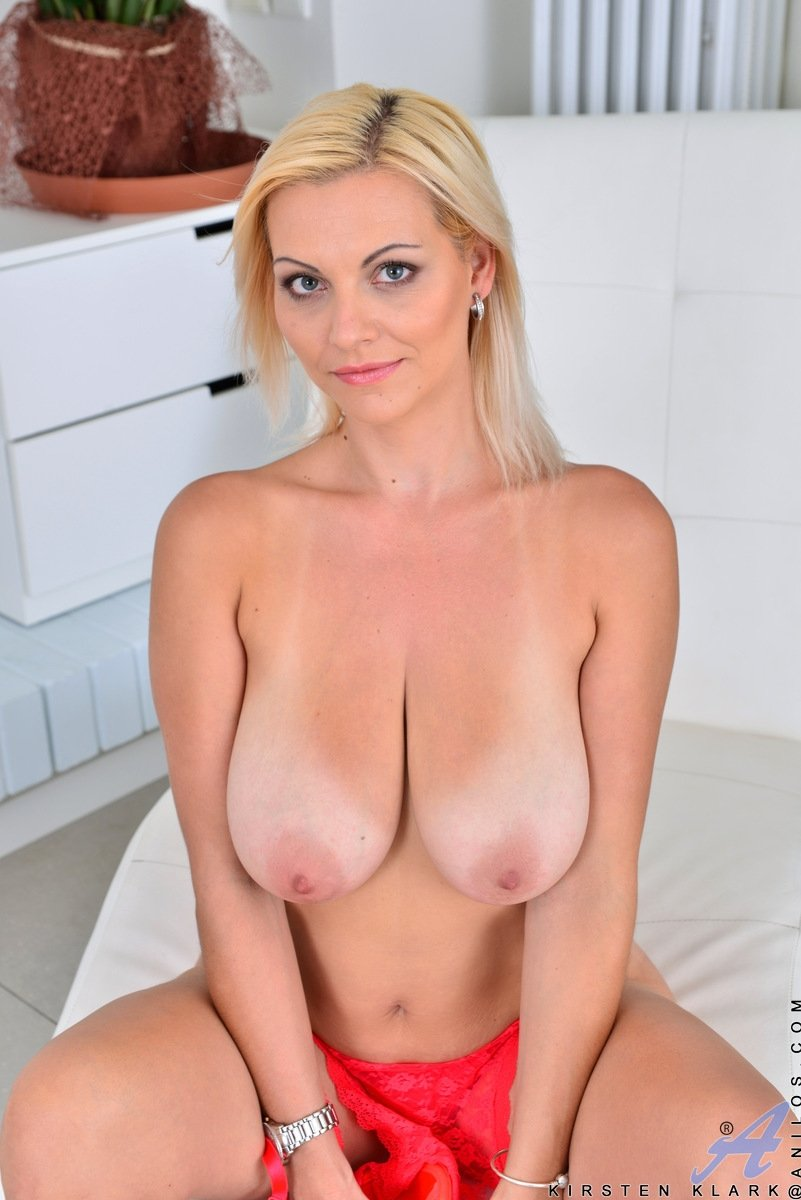 Busty Babe Enjoyed Playing with her Dildo amalialivecams.com