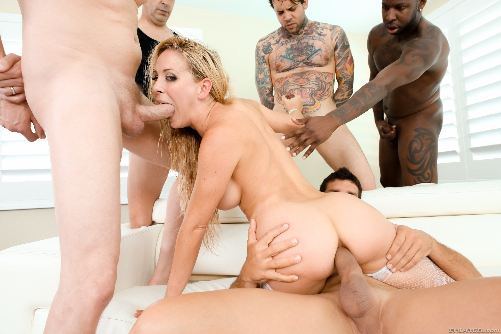 Amateur threesome 2 men and 1 women