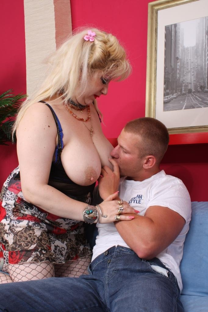 Busty wife seduces a youngun louis loveheart sam bourne bbw loose booty