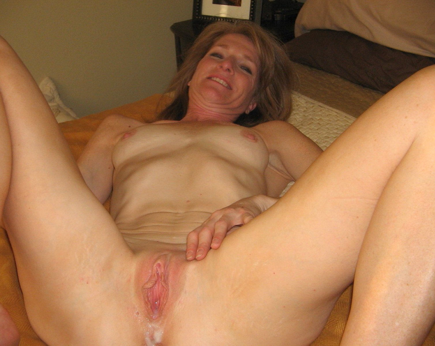 Watch beautiful amateur mom fucked by a big cock with a cumshot on her pussy