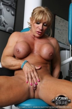Muscle milf plays with her big clit