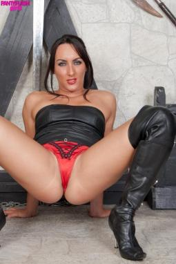 The little princess has good luck, she gets fucked by three at the same time .... the ass is also a nice target ... she takes there a lot of sperm ...